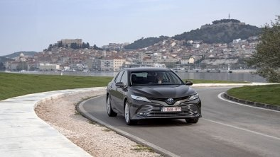 Toyota Camry : docile, confortable et hybride